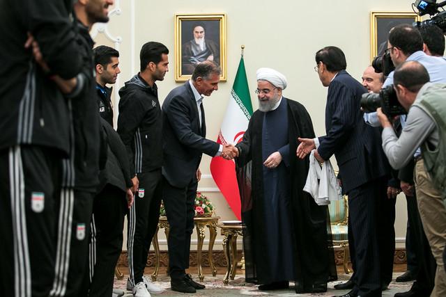 اهدای پیراهن شماره ۱۲ تیم ملی فوتبال ایران به رییس جمهور